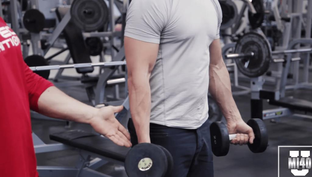 肘は体よりも少しだけ前に固定する