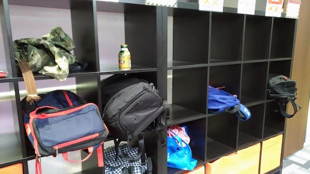 エニタイムフィットネスは簡易的なロッカーに荷物を置く
