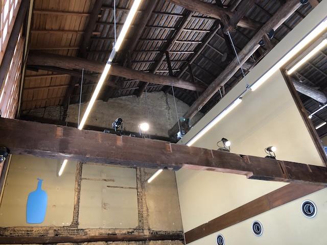 ブルーボトルコーヒーの天井は高い
