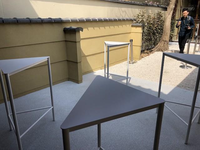外にあるスタンディングテテーブル