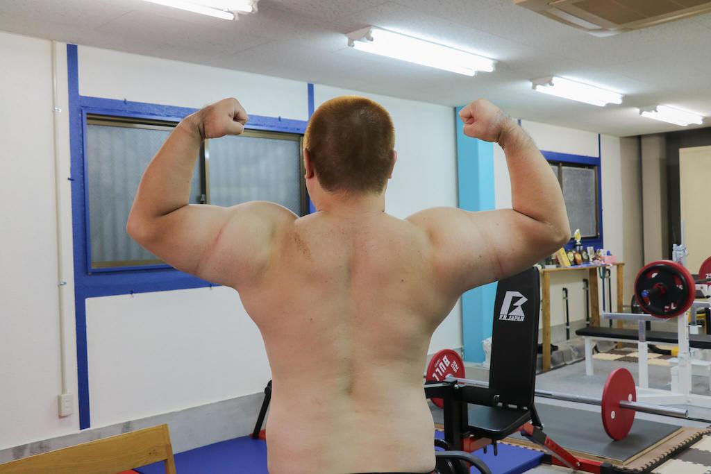 巨大な肩と背中